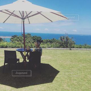 傘の下の芝生の椅子の写真・画像素材[2336252]