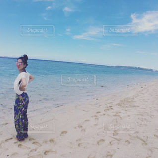 浜辺に立っている男の写真・画像素材[2336254]