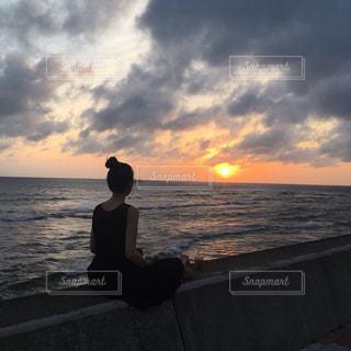 海の隣の水域の隣に立っている男の写真・画像素材[2336255]