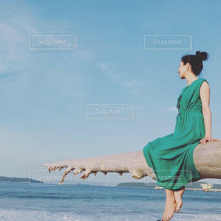サーフボードを水から運び出す男の写真・画像素材[2336256]