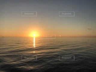 水の体の上の夕日の写真・画像素材[2336260]