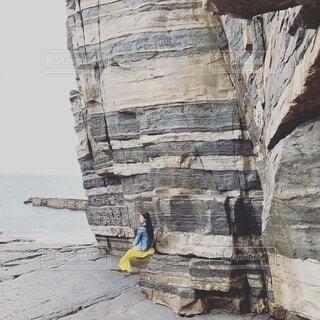 岩の上に鳥がある石造りの建物の写真・画像素材[4095255]