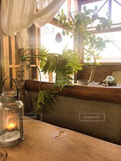テーブルの上に家具と花瓶で満たされた部屋の写真・画像素材[2274765]