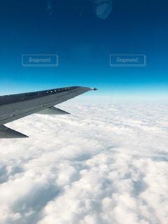 空を飛んでいる飛行機 - No.908873