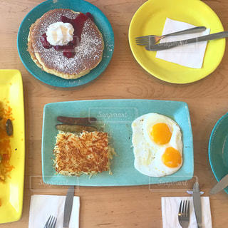 テーブルの上に食べ物の種類でいっぱいのボックスの写真・画像素材[1170187]