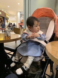 椅子に座っている赤ちゃんの写真・画像素材[1846526]