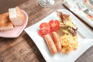 食べ物の皿をテーブルの上に置くの写真・画像素材[3299968]