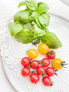 新鮮な果物や野菜で盛り上がった皿の写真・画像素材[4670915]