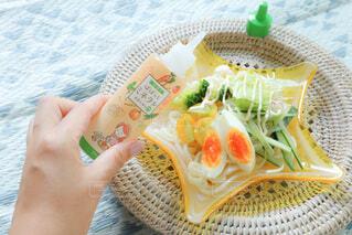 食べ物の皿を持っている人の写真・画像素材[4673552]