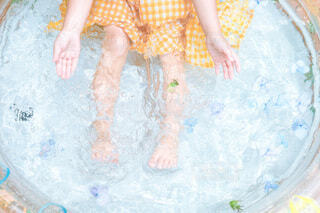 水のプールの中の女の子の写真・画像素材[4717351]