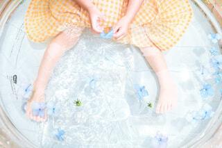 赤ちゃんを抱いている人の写真・画像素材[4717347]