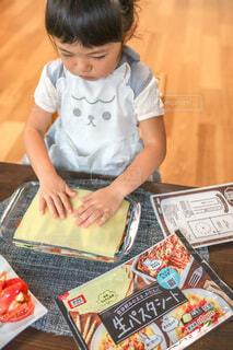 テーブルの上に座っている小さな子供の写真・画像素材[4743183]