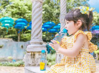 青いドレスを着た少女の写真・画像素材[4799079]