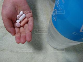 手,ペットボトル,風邪,医療,薬,カプセル,錠剤,処方薬,イオンウォーター