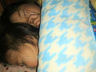 ベッドの上で横になっている少女の写真・画像素材[822712]
