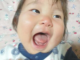 近くに赤ちゃんのアップの写真・画像素材[851335]