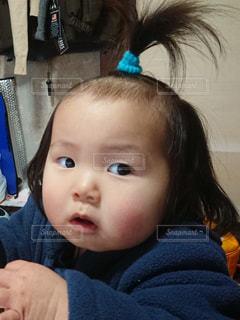 女の子の赤ん坊を保持の写真・画像素材[1028221]