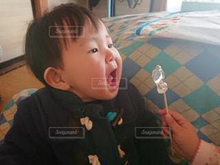 若い男の子と赤ん坊を保持の写真・画像素材[1028236]