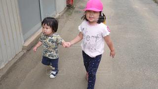 子の隣に立っている女の子の写真・画像素材[1275749]