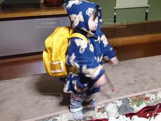 カバン,黄色,子供,嬉しい,笑顔,男の子,2歳,カラー,色,黄,保育園,新しい,新品,お披露目,通園鞄,初おろし