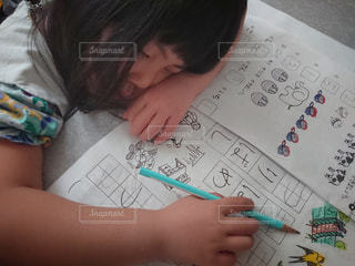 宿題をしながら疲れて寝てしまったようです( ´艸`)の写真・画像素材[3220691]