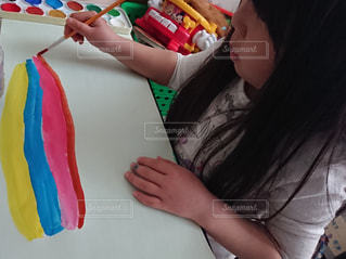 子ども,絵の具,絵,女の子,少女,ペン,人,児童,色,成長,紙,筆,おえかき,創作,6歳,おうち時間