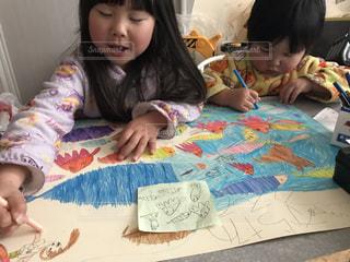 子ども,家族,2人,海,魚,絵,女の子,仲良し,ペン,人,笑顔,幼児,遊び,色鉛筆,男の子,色,姉弟,手書き,紙,おえかき,創作,制作,3歳,6歳,クーピー,おうち時間,大作,共同制作