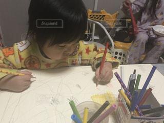 子ども,家族,ペン,人,絵画,幼児,遊び,色鉛筆,男の子,鉛筆,色,手書き,紙,おえかき,創作,制作,3歳,両手,おうち時間