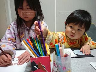 子ども,家族,屋内,女の子,仲良し,ペン,机,人,幼児,遊び,色鉛筆,男の子,姉弟,紙,描く,おえかき,3歳,6歳,クーピー,おうち時間