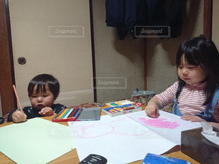 子ども,家族,屋内,女の子,仲良し,ペン,机,人,幼児,遊び,色鉛筆,クレヨン,男の子,2歳,姉弟,5歳,紙,描く,おえかき,制作,おうち時間