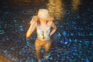 水中を泳ぐ女性の写真・画像素材[724115]