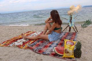 ビーチに座っている少女の写真・画像素材[772374]
