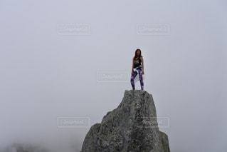 岩の上に立っている人の写真・画像素材[772401]