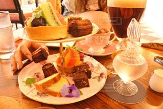 テーブルな皿の上に食べ物のプレートをトッピングの写真・画像素材[823647]