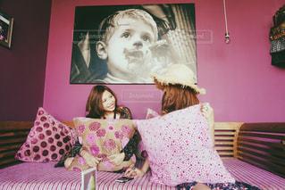 ベッドの上で座っている女の子 - No.856291