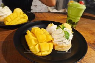 テーブルの上に食べ物のプレートの写真・画像素材[908038]