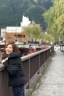 歩道に立っている女性の写真・画像素材[1016544]