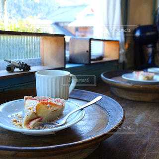 テーブルの上に食べ物のプレートの写真・画像素材[813663]