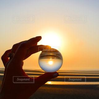 日没の前に立っている人の写真・画像素材[978066]