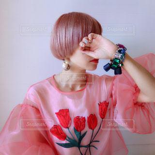 ピンクのドレスの少女の写真・画像素材[1043669]