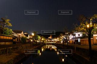 夜市川に架かる橋を渡る列車の写真・画像素材[1203075]