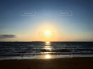 海の横にある砂浜のビーチの上に立っている人の写真・画像素材[1280899]