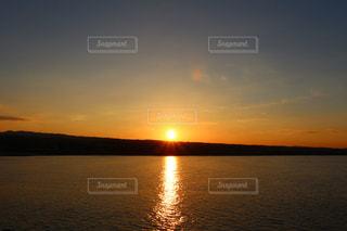 水の体に沈む夕日の写真・画像素材[1280902]