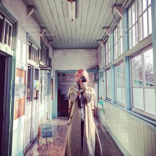 建物の前に立っている人の写真・画像素材[1280916]