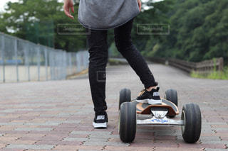 スケート ボードに乗る人の写真・画像素材[1329156]