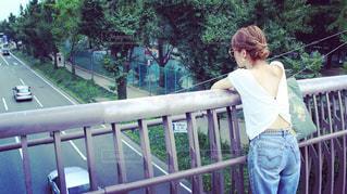 フェンスの横に立っている少年の写真・画像素材[1355249]