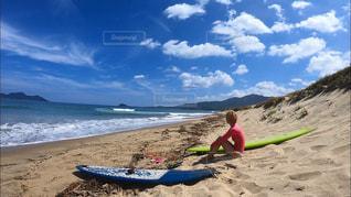 砂浜に座る人の写真・画像素材[1515648]