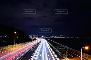 夜の高速道路の大きな長い列車の写真・画像素材[1693671]