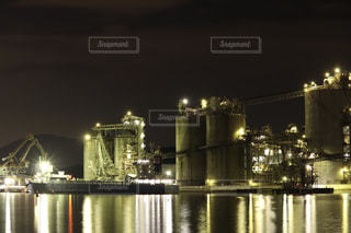 大きな橋が夜ライトアップの写真・画像素材[1693673]