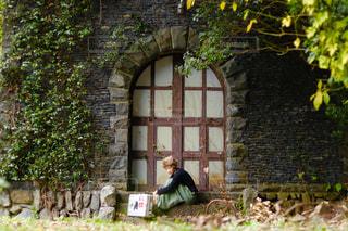 庭のベンチに座っている人の写真・画像素材[1710226]